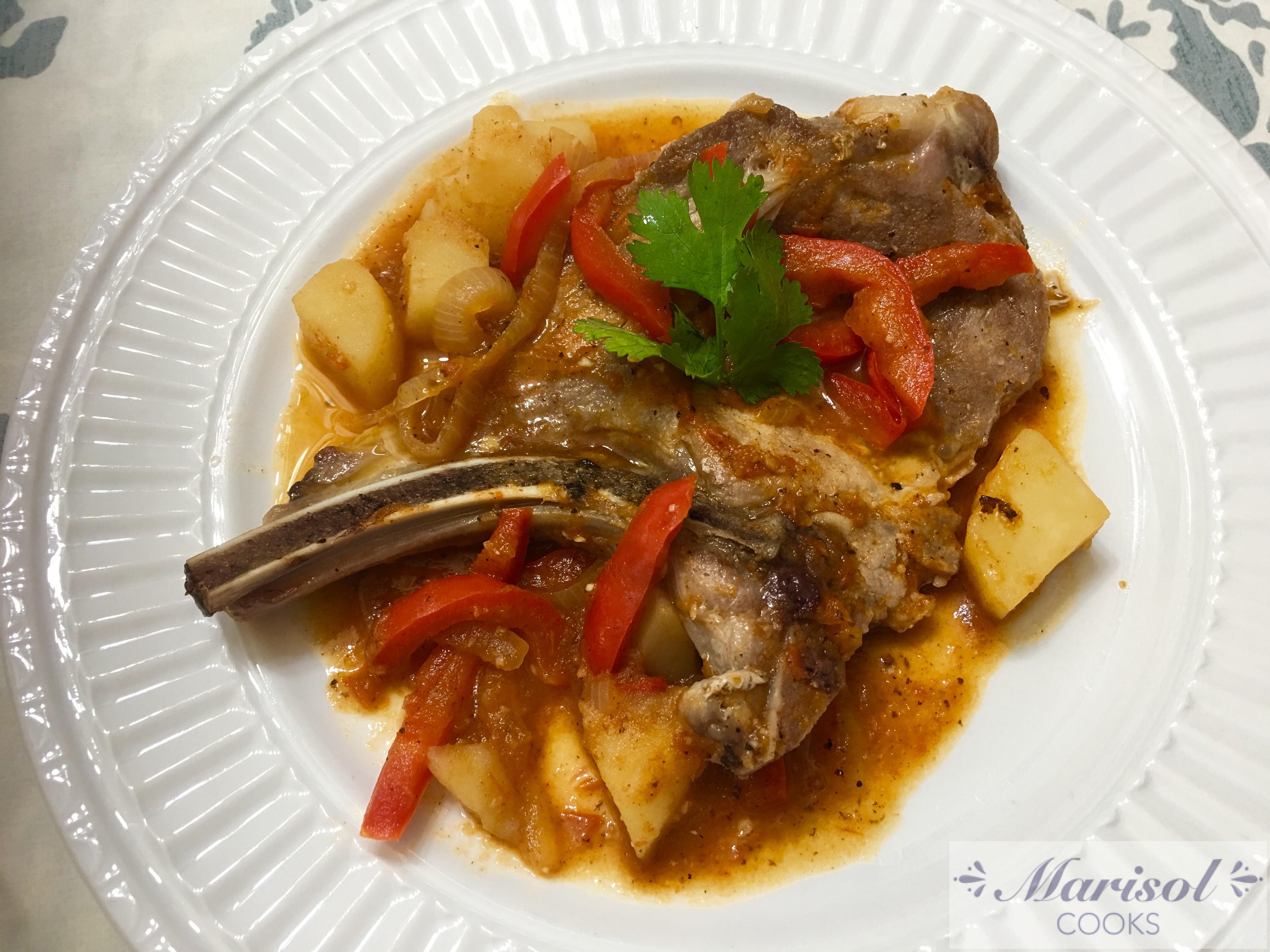 Chuletas de puerco con papas/Pork chops with potatoes.
